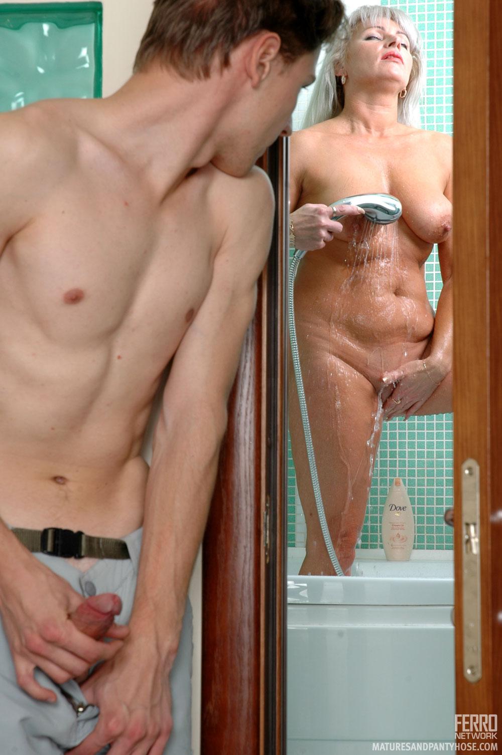 Сын подглядывать как моется мать в душе 2 фотография